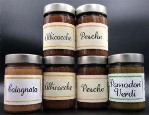 pacco in offerta di 6 marmellate : 2 albicocca, 2 pesche, 1 pomodori verdi e 1 mela cotogna